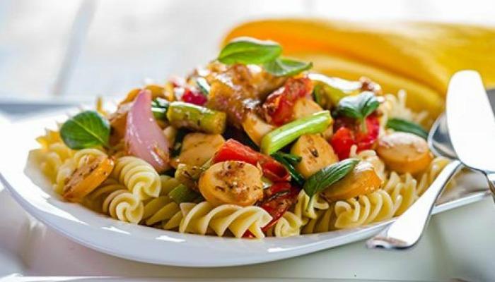 ensalada-de-pasta-con-verduras-y-salchichas